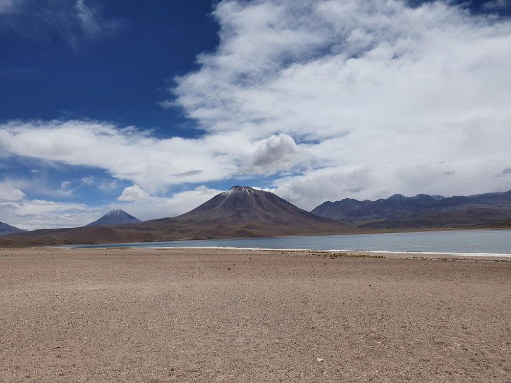 See vor Vulkan auf der Hochebene (4200m), das spürt man schon ganz schön