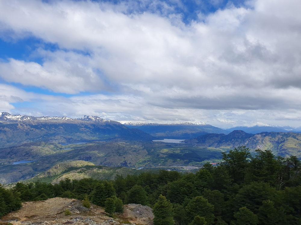 Unten im Tal liegt Cochrane hinten sieht man die Gipfel des Nordpatagonischen Eisfeldes