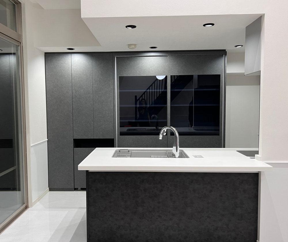 キッチン収納 カップボード 壁面収納 ブラックガラス