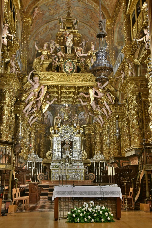 Natürlich ist der Altar etwas größer und üppiger geraten als in anderen Gotteshäusern