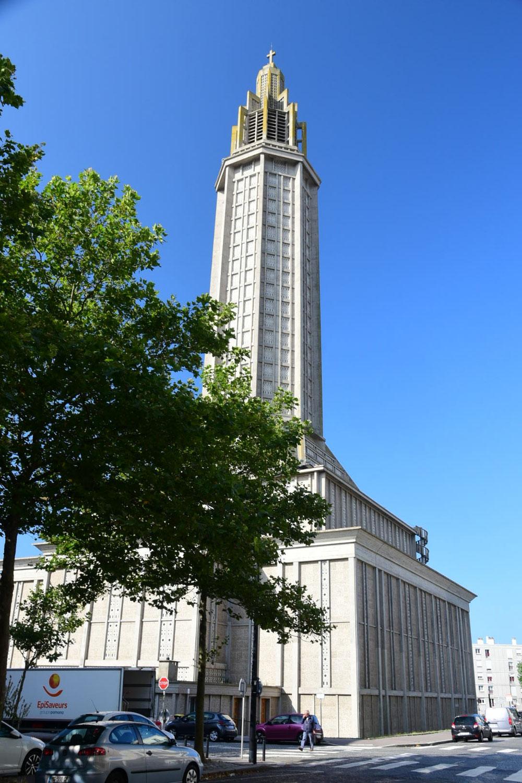Selbst die Kirche passt sich in diese Architektur an