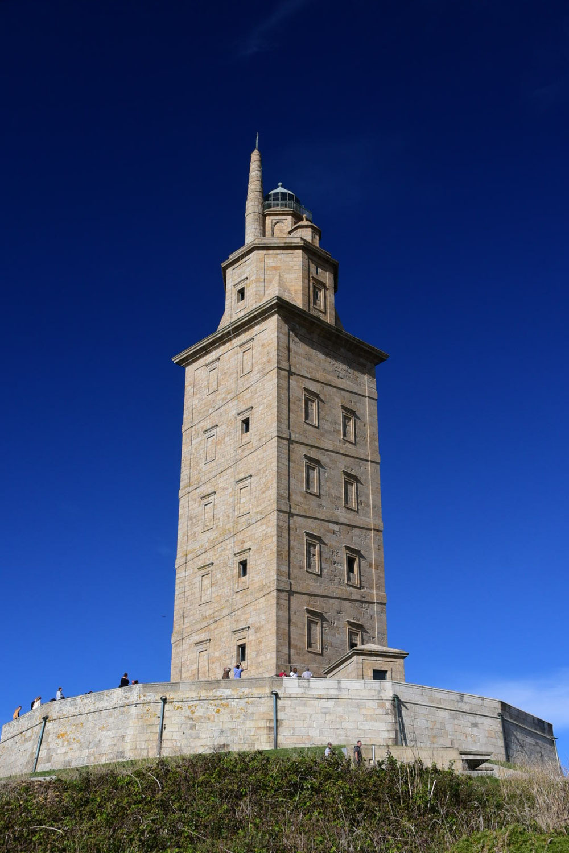 Er stammt noch aus der Römerzeit und weist den Schiffen an der Todesküste bis heute den Weg und ist damit der älteste seiner Art: der Herkulesturm von A Coruña