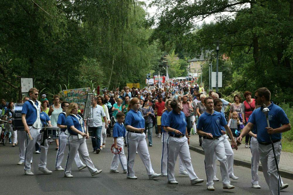 Umzug durch Ferch, angeführt durch den Fanfarenzug Beelitz