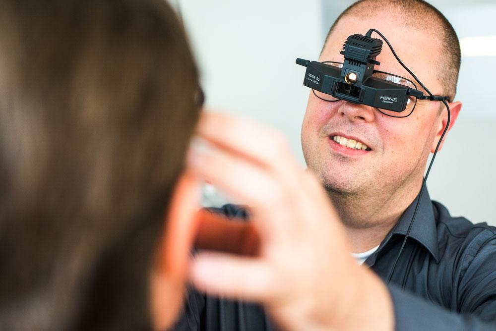 Dr. Thomas Brandl, Facharzt für Augenheilkunde, Cataractchirurg, bei der Untersuchung