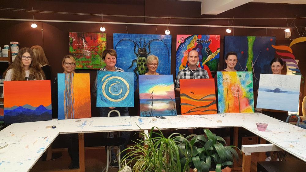 Stolze Teilnehmer mit Ihren schönen selbstgeschaffenen Kunstwerken. (Kreativ-Abend Oktober 2020)