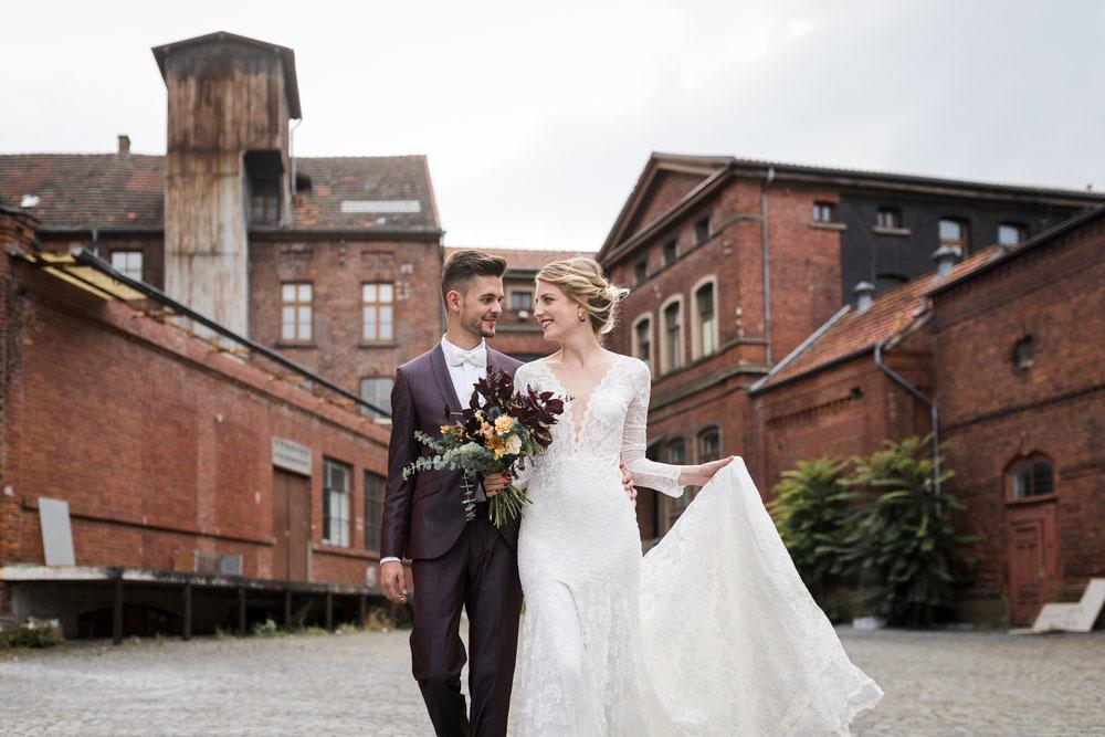 Brautpaar vor historischer Industrielocation