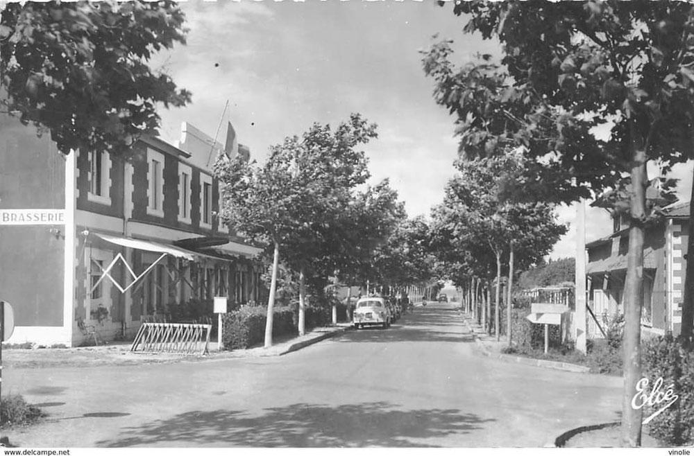 Rue du Port avant, à droite la salle de bal de l'hotel du Gai Soleil devenue 'Le CoCotier'
