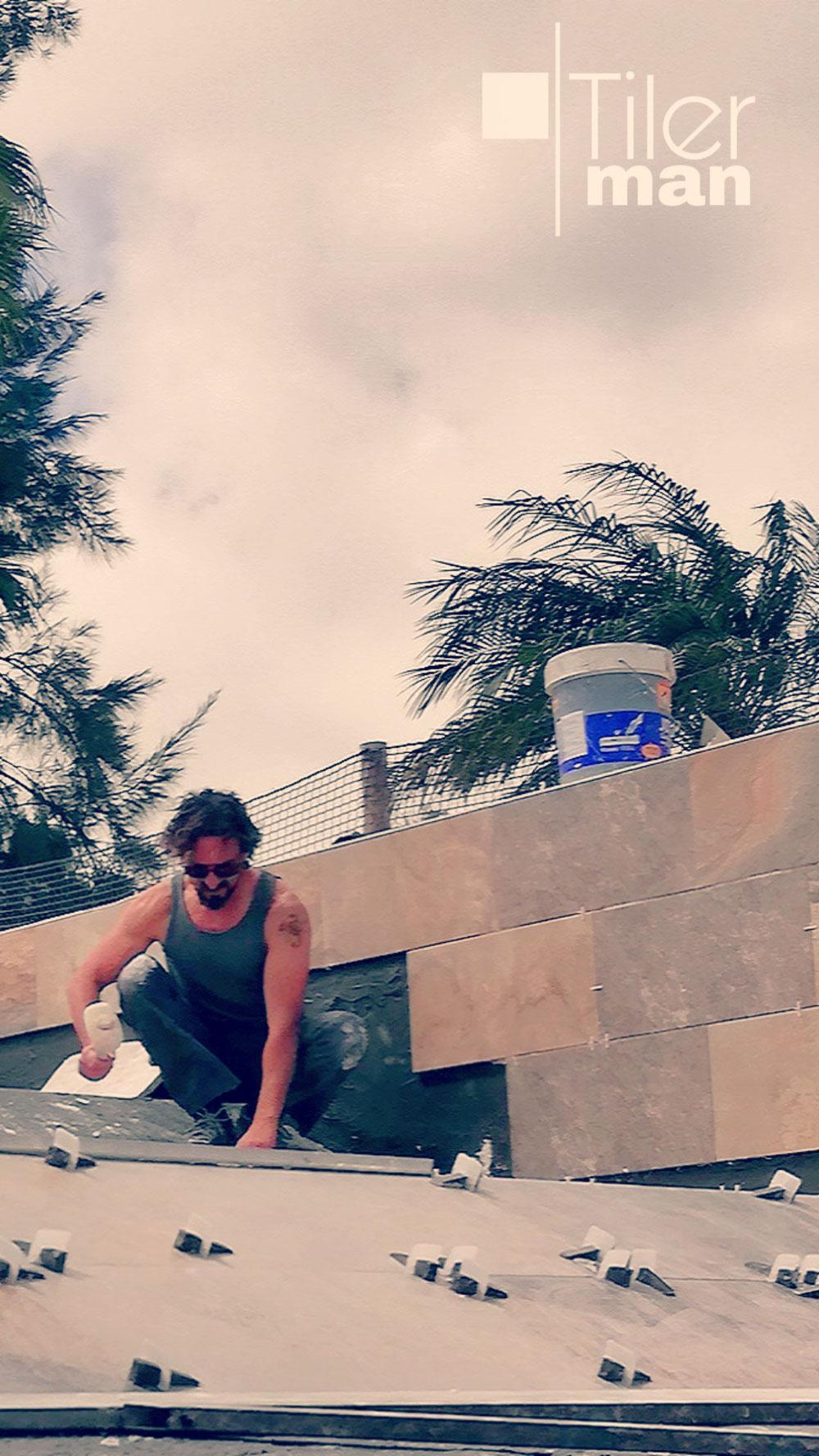 Construyendo una piscina con baldosas porcelanicas en Elche
