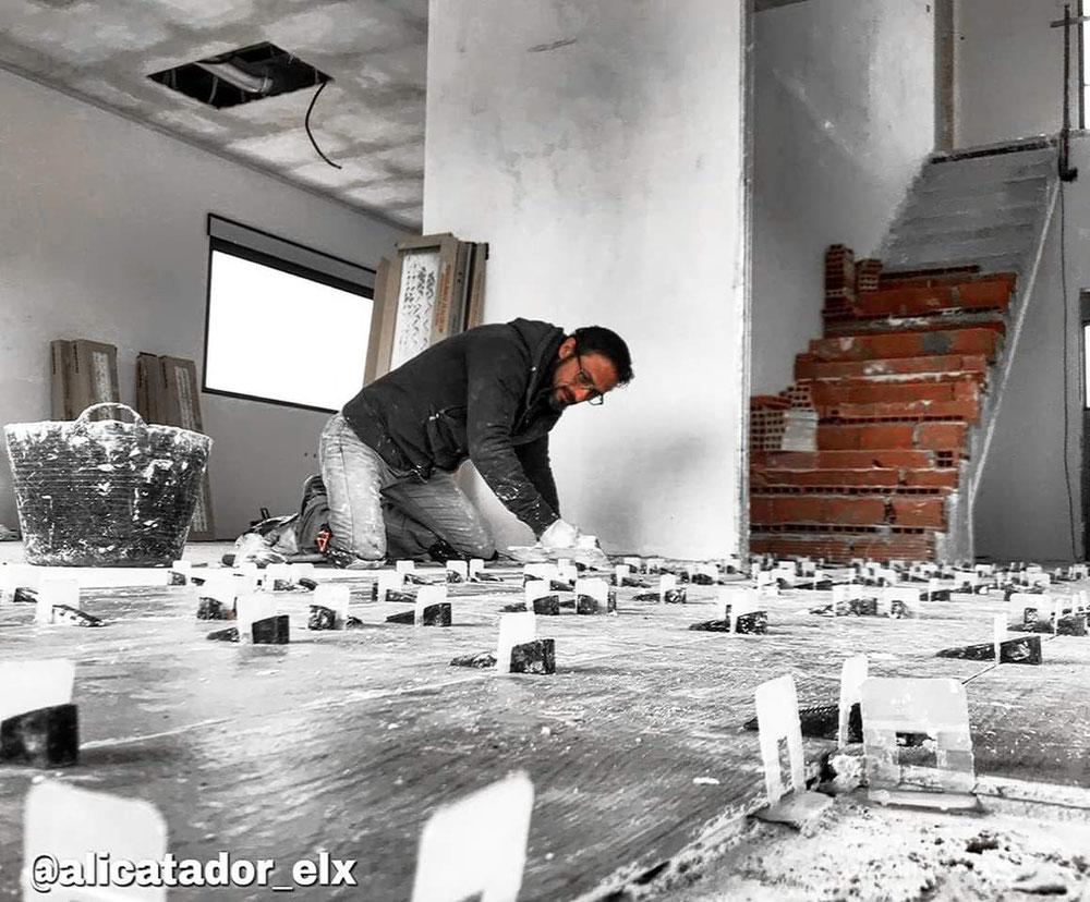 Colocación de pavimento con sistema autonivelante en la construcción de un chalet en Elche