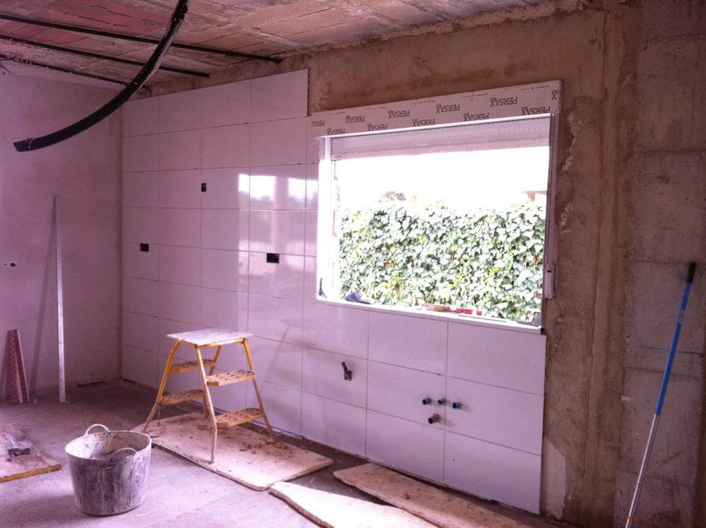 Alicatado con azulejos blanco brillo para dar más Luz a la cocina