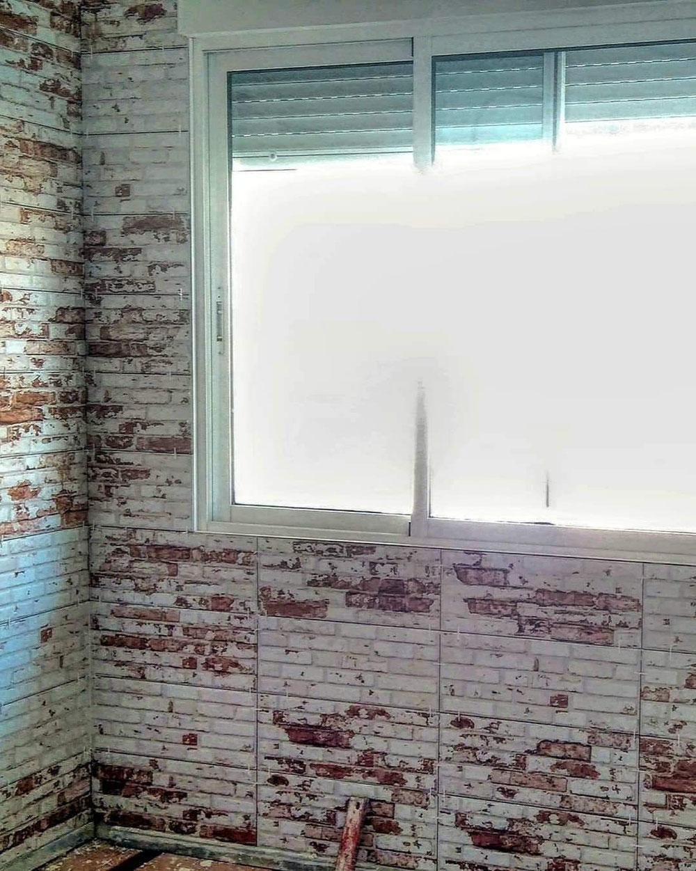 Con este revestimiento se separa en dos ambientes el salón