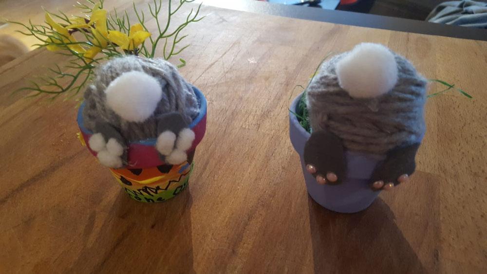 Ein Bastelergebnis (Hase beim Ostereier verstecken in den Blumentopf gefallen)