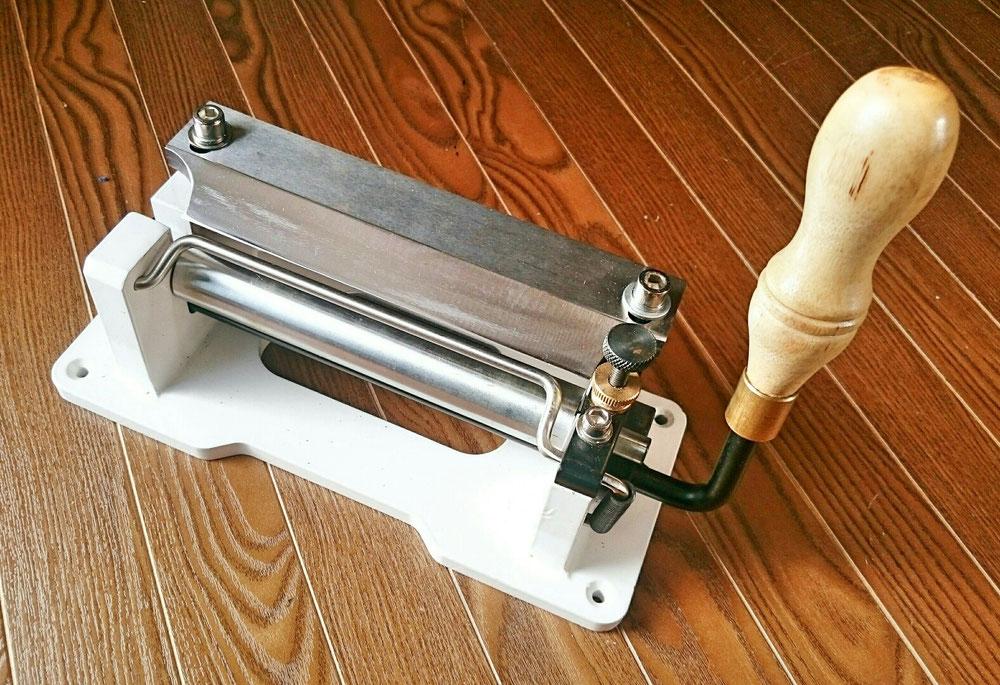 コンパクト革漉き機