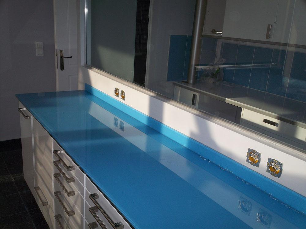 επένδυση ιατρείου με τζάμι για τον πάγκο. Χρωματιστό τζάμι πάγκου ιατρείου. Γυαλί σε πάγκο αργυρούπολη. Γυαλί μπλε σε πάγκο ιατρείου και σπιτιού Ιορδανίδης Αργυρούπολη