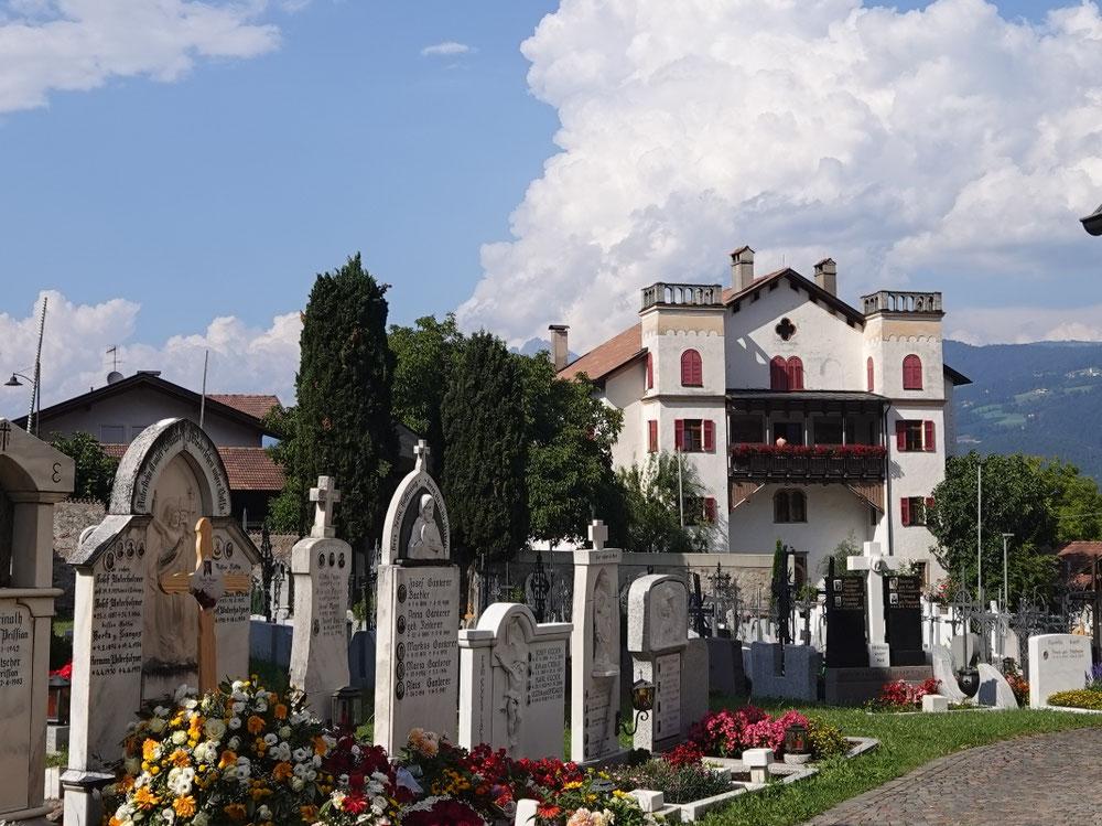 so will man begraben sein... Wunderschöner Friedhof im Zentrum von Tisens.