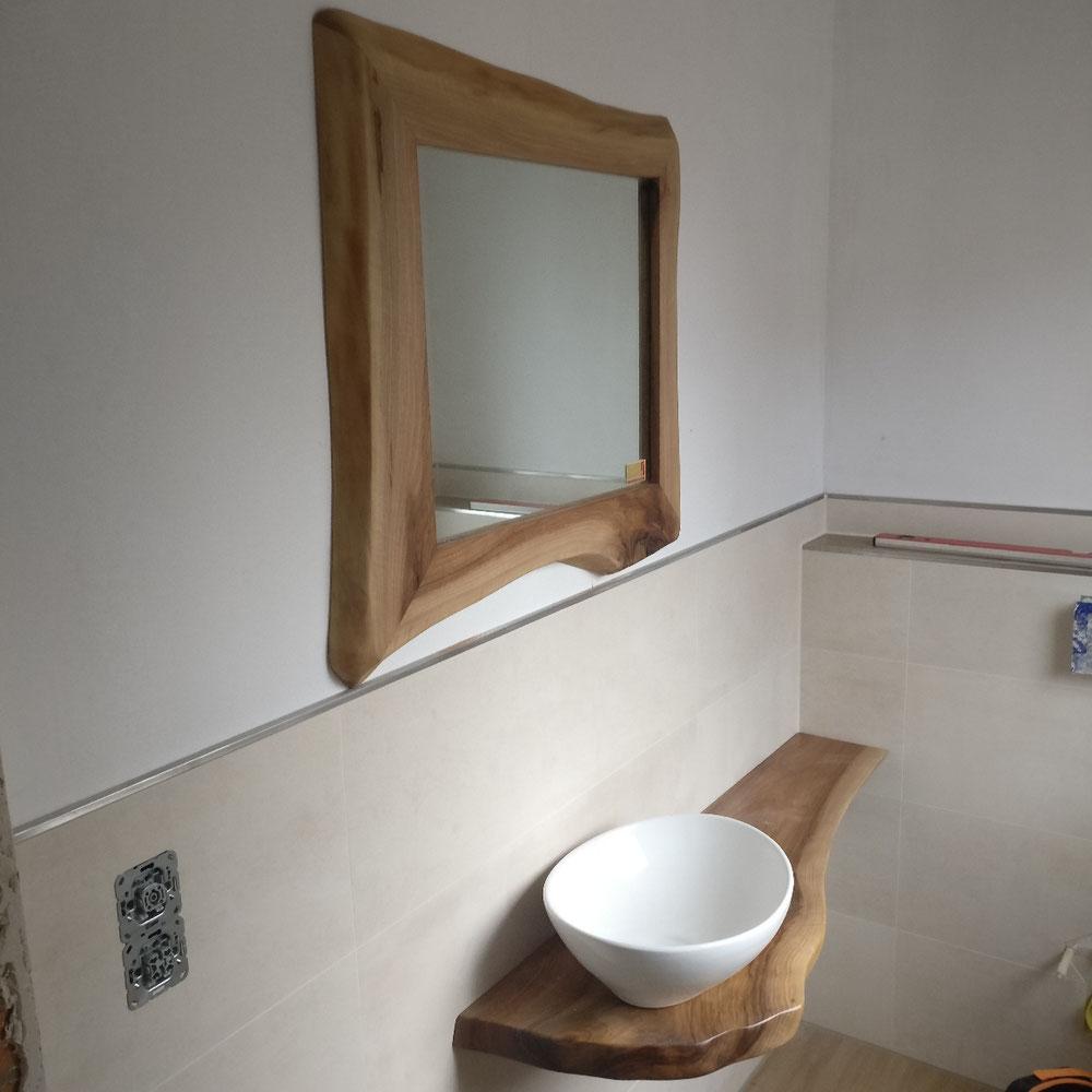 Waschtisch und Spiegel aus Nussbaum