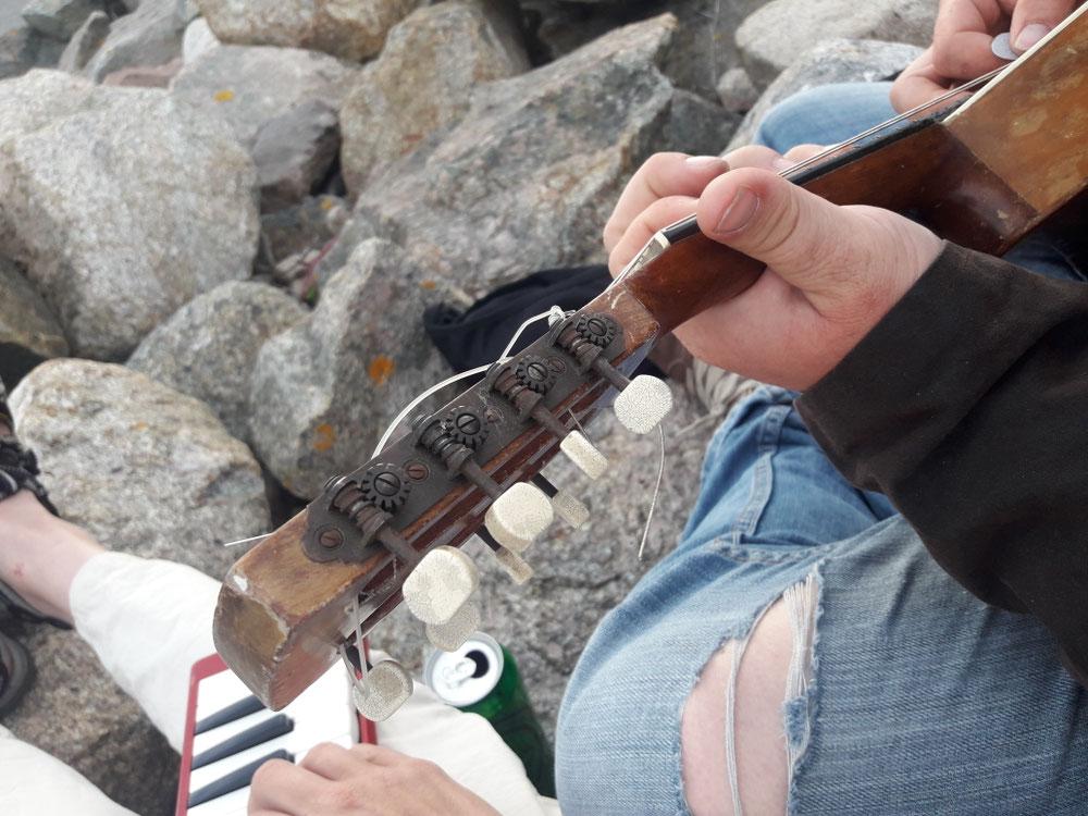 Das kleine Rote und die Mandoline sind auch mit dabei....Klippensession in Galway.....