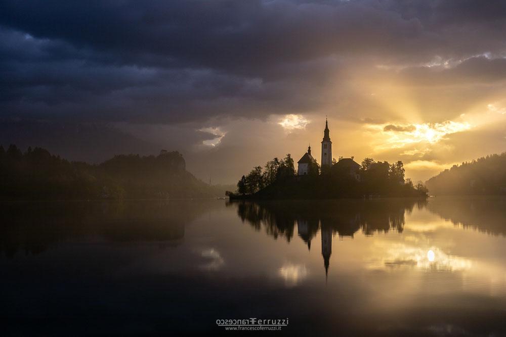 alba sul lago di Bled in Slovenia