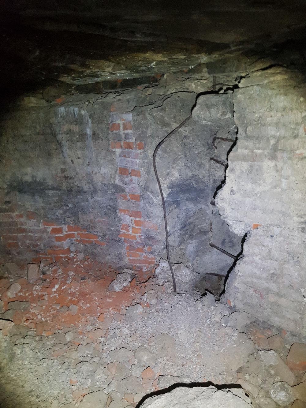 Die eingelassenen U-Eisen als Stufen nach oben
