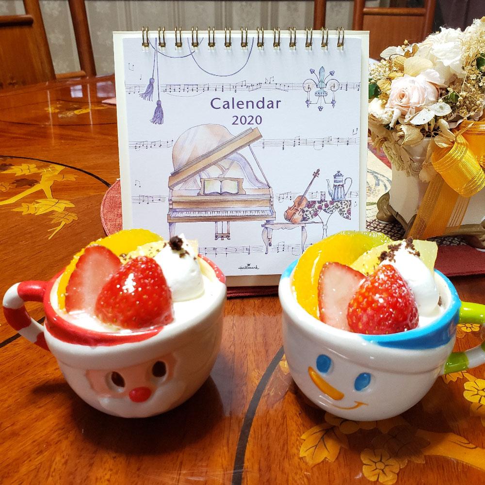 記念品のカレンダーとケーキ