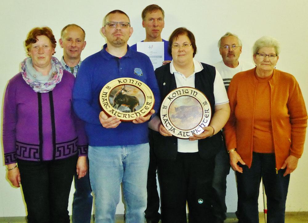 v.l.: Renate Schulz (2. Hofdame), Peter Thode (2. Ritter), Marc Altrichter (König), Jan-Hermann Kruse (40-jährige Nadel), Katja Altrichter (Königin), Hans-Rudolf Peckruhn (40-jährige Nadel), Beate Drews (1. Hofdame)
