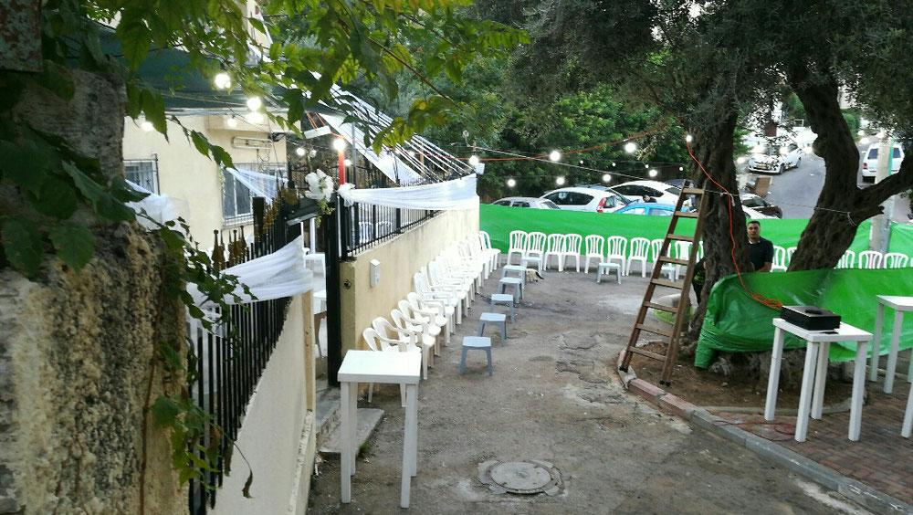 Direkt bei unserem Haus feiern die Nachbarn eine arabische Hochzeit. die Tanzfläche wird vorbereitet. Mein Vermieter Harel wünscht Massel Tov, viel Glück, und wird eingeladen.