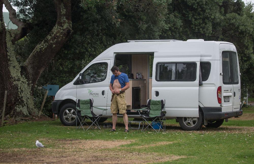 Ziel ist Hahei, an der Ostküste. Auf dem Campingplatz war es zwar nicht ganz so idyllisch, aber immerhin hatten wir die Wiese für uns, sodass sich ganz ungeniert benommen werden konnte.