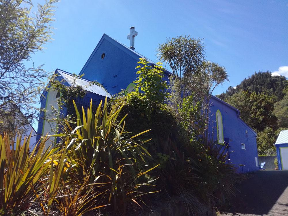 ... hatten wir bald genug von Picton-City und Menschen und fuhren, vorbei an knallblauer Kirche ...
