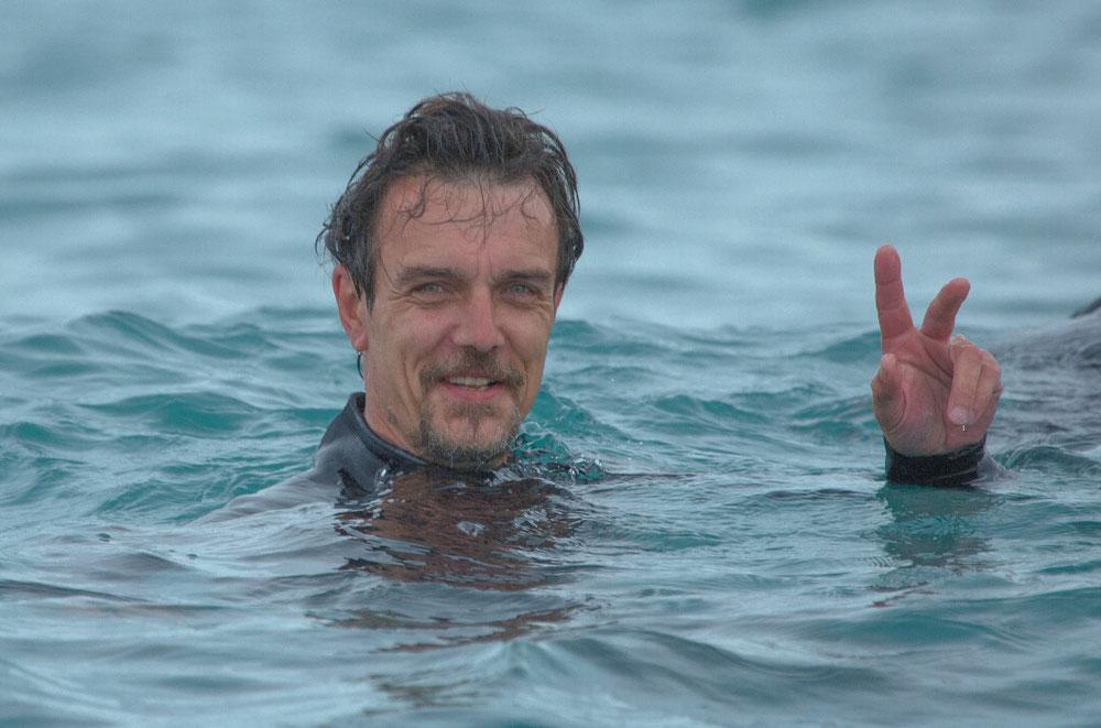 Grund der Exkursion waren aber nicht irgend welche Höhlenmenschen, sondern Delfine, die Jan eigentlich im Wasser treffen wollte. Einige haben wir auch gesehen, aber keiner hatte Lust auf Schmusen, so blieb Jan nichts anderes übrig, als das Bad ansich im Ozean zu genießen, was er offensichtlich auch tat.