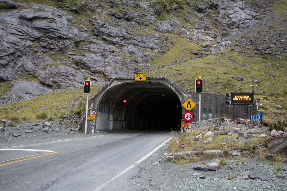 ... durch den Tunnel.