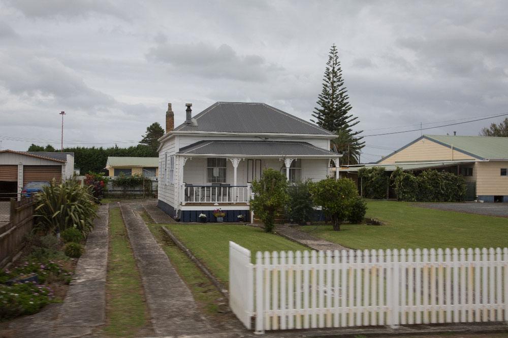 Schlichter Neuseeland-Baustil aus Brettern. Bisher auch überall gleich.