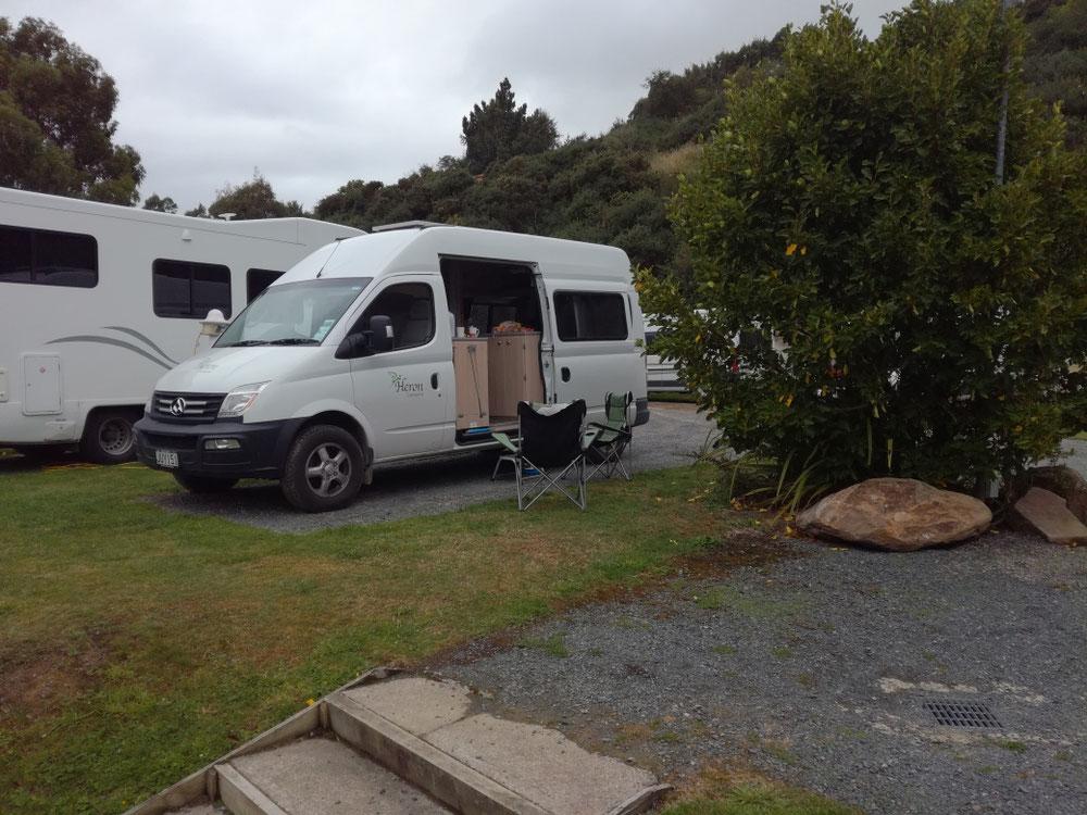 ... aber ich ziehe lieber unseren Knuddelbus vor, den wir auf der Otago-Halbinsel bei Dunedin geparkt haben. Ganz gespannt, was der nächste Tag uns bringt, machen wir gleich die Schotten zu.