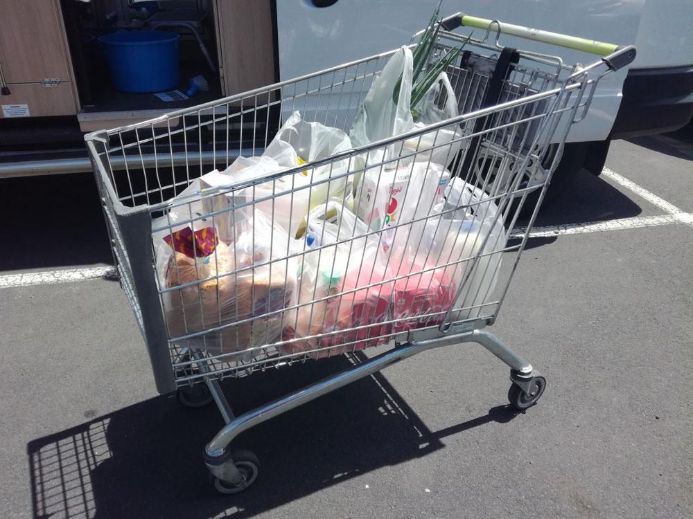 Im Supermarkt angekommen, stellten wir nochmals fest, dass wir nicht in Deutschland sind. Ein tiefes Aufatmen kam aber zum Schluss - hier wird der gesamte Einkauf von der Kassiererin in unzählige Tüten verpackt  ( der Ozean hat scheinbar noch nicht genug ) , die man dann einfach packen und aus dem Laden schleppen muss. Bis auf's Plastik vorbildlich und absolut stressfrei. Bezahlen mussten wir hier übrigens auch... 😰
