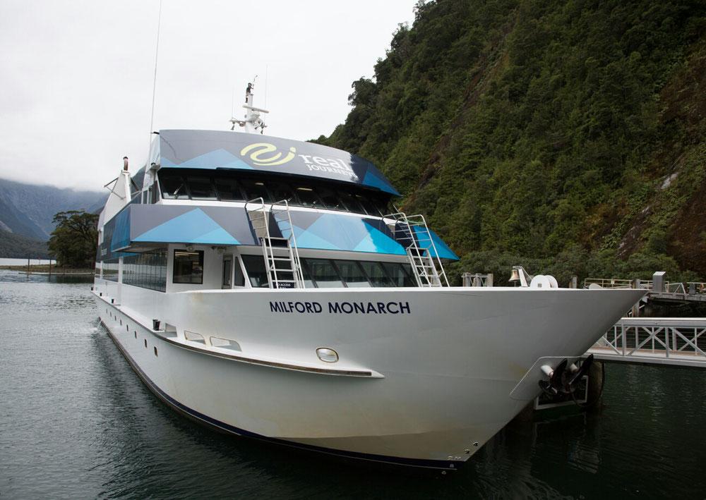 ... mit langem Gesicht ab auf's Boot und eine Rundfahrt durch die Fjordlandschaft gemacht.