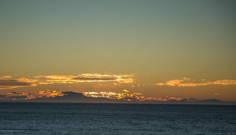 ... verabschiedet sich vor dem Bus der Tag über dem Meer ...