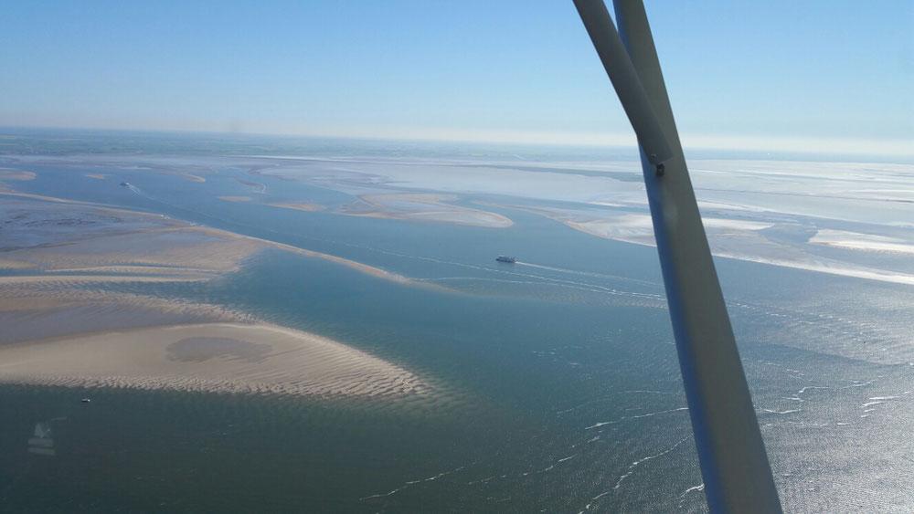 An den Halligen vorbei über das herrliche Wattenmeer,immer den sich sonnenden Seehunden zuwinkend