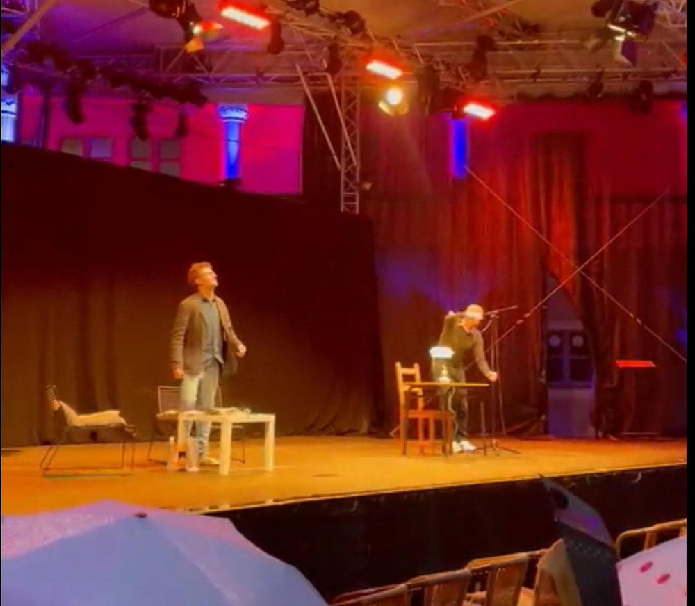 Fabian Bader checkt den Regen während ich meine 2 Minuten auf der großen Bühne habe