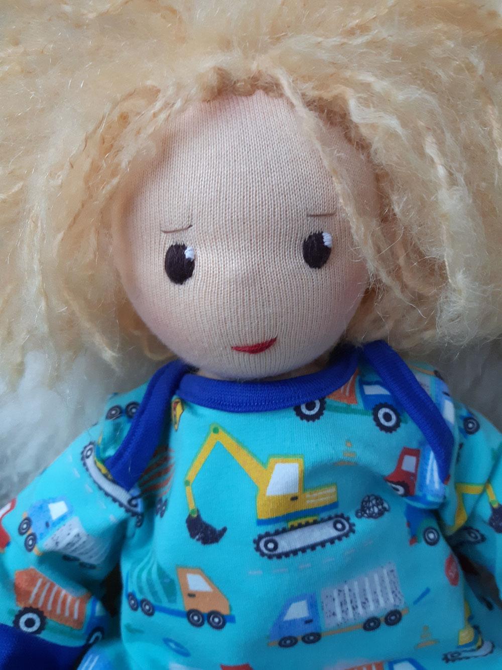 Bio-Stoffpuppe, individuelle Puppe passend zum Kind, Waldorfart, genderneutral, Erziehung, Wunschpuppe, ökologische Kinderpuppe, bio-fair, ökofairliebt, Selbstakzeptanz, Naturmaterial, Puppenhandwerk, Puppenjunge, nachhaltiges Spielzeug, plastikfrei