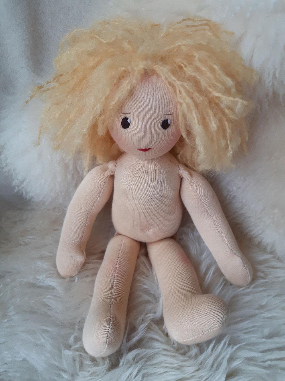 Bio-Stoffpuppe, individuelle Puppe passend zum Kind, Waldorfart, genderneutral, Erziehung, Wunschpuppe, ökologische Kinderpuppe, bio-fair, ökofairliebt, Selbstakzeptanz, Naturmaterial, Puppenhandwerk, Puppenjunge, nachhaltiges Spielzeug, Leberfleck