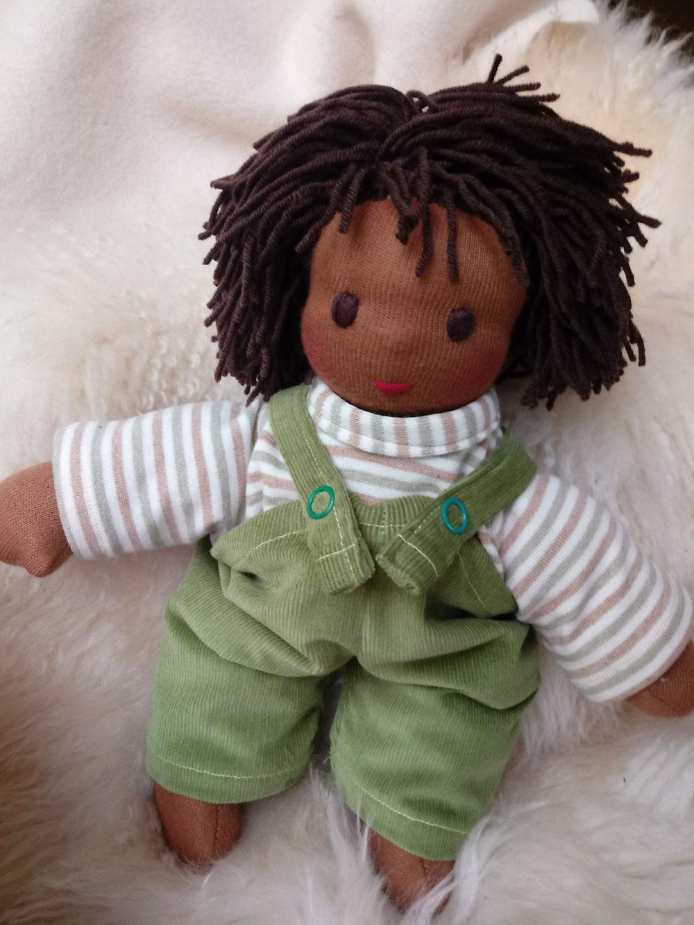 Bio-Stoffpuppe, individuelle Puppe pssend zum Kind, Waldorfart, schwarze Puppe, Empowerment, genderneutral, Erziehung, Wunschpuppe, ökologische Kinderpuppe, bio-fair, ökofairliebt, Selbstakzeptanz, Naturmaterial, Puppenhandwerk, erste Puppe, Schlamperle