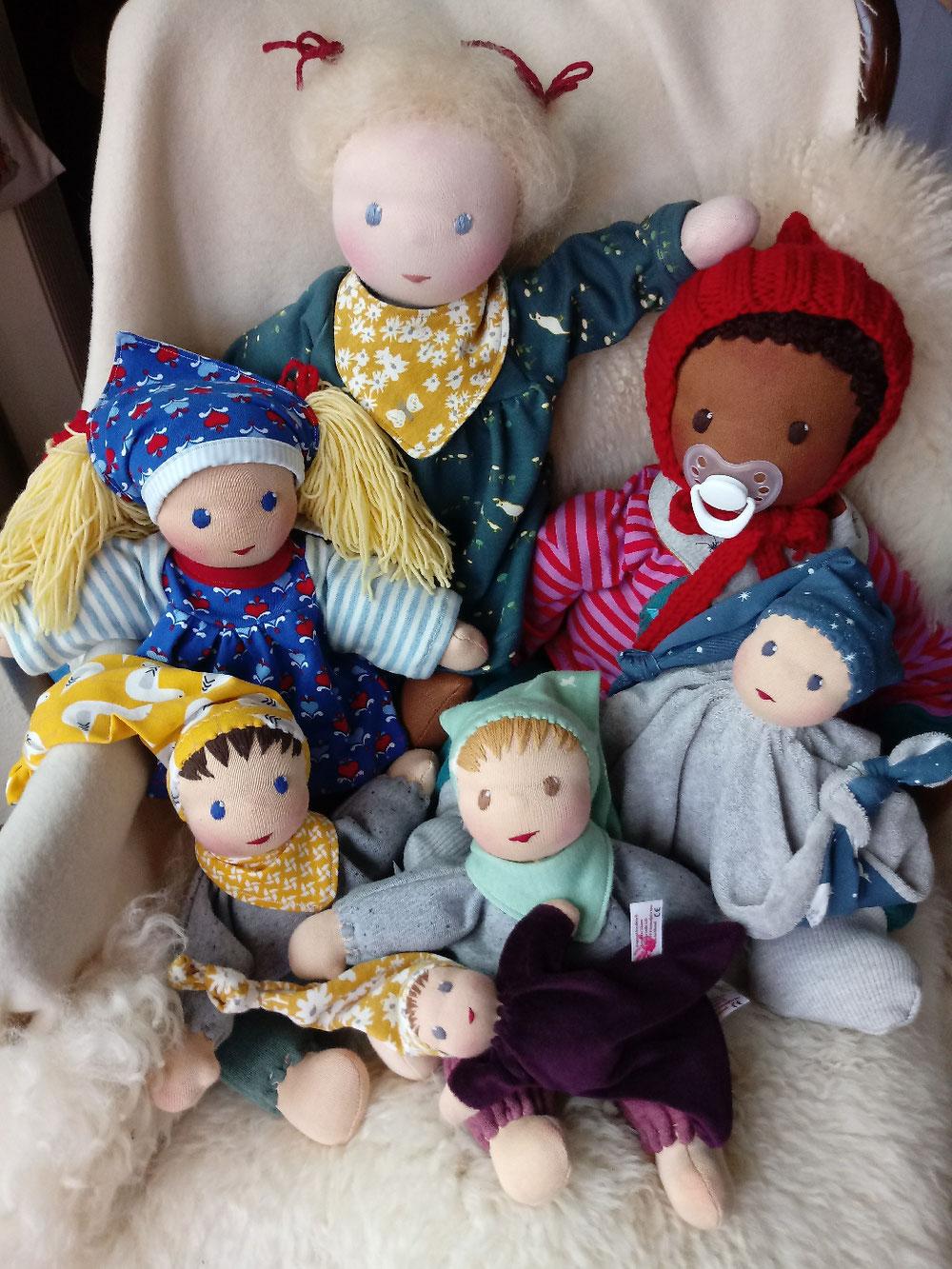 handgefertigte Stoffpuppe, handgemacht, Bio, Handarbeit, Wunschpuppe, individuelle Puppe, passend zum Kind, Puppenhandwerk, schwarze Puppe, unisex Puppe, genderneutral, Empowerment, Naturmaterial, ökofairliebt, bio-fair, Puppenfreund, Puppe fürs Leben