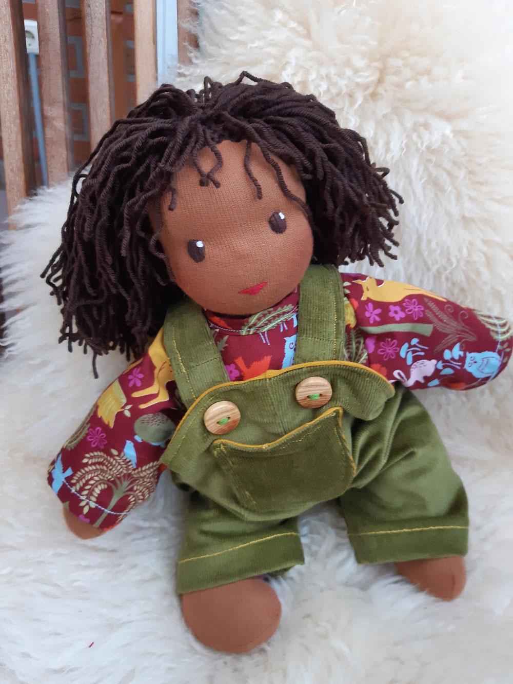 Bio-Stoffpuppe, individuelle Puppe passend zum Kind, Waldorfart, schwarze Puppe, Empowerment, genderneutral, Erziehung, Wunschpuppe, ökologische Kinderpuppe, bio-fair, ökofairliebt, Selbstakzeptanz, Naturmaterial, Puppenhandwerk, erste Puppe, Schlamperle