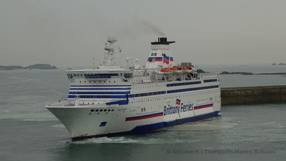 M/V Bretagne réalisant un demi-tour avant de s'amarrer à Saint-Malo.