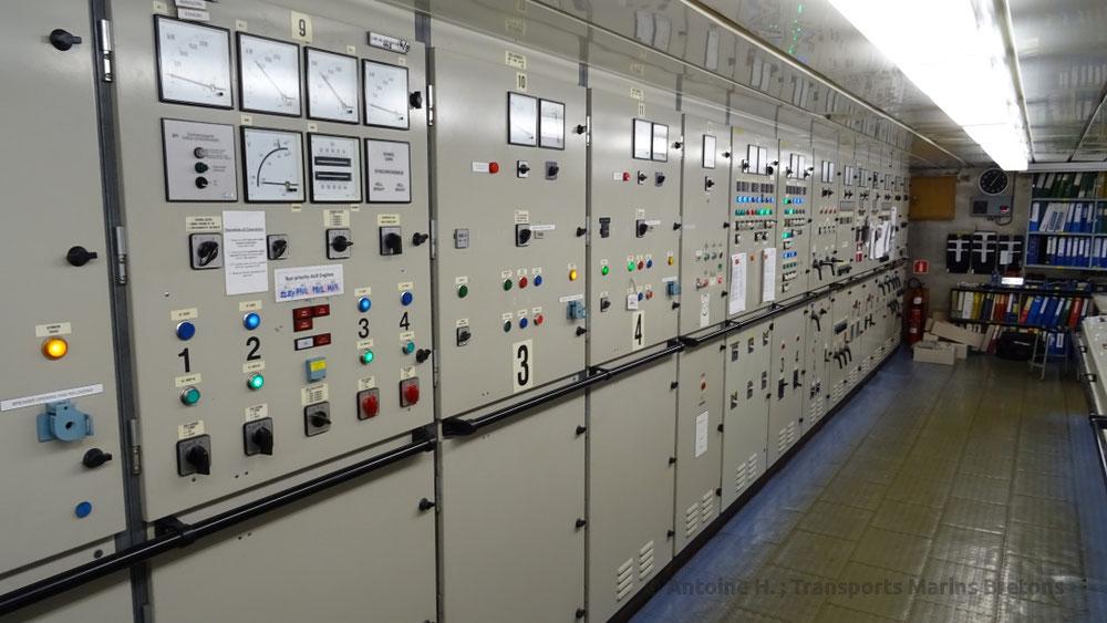 Panneau de contrôle des générateurs, situé dans la salle de contrôle des machines, localisée au pont 1.