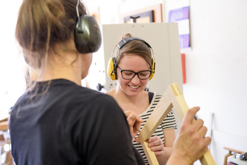 Sofia ist begeistert - welches Ergebnis ein Kantenschleifer hervorbringt   ;-)      -----   Foto: Von Johannes Husen