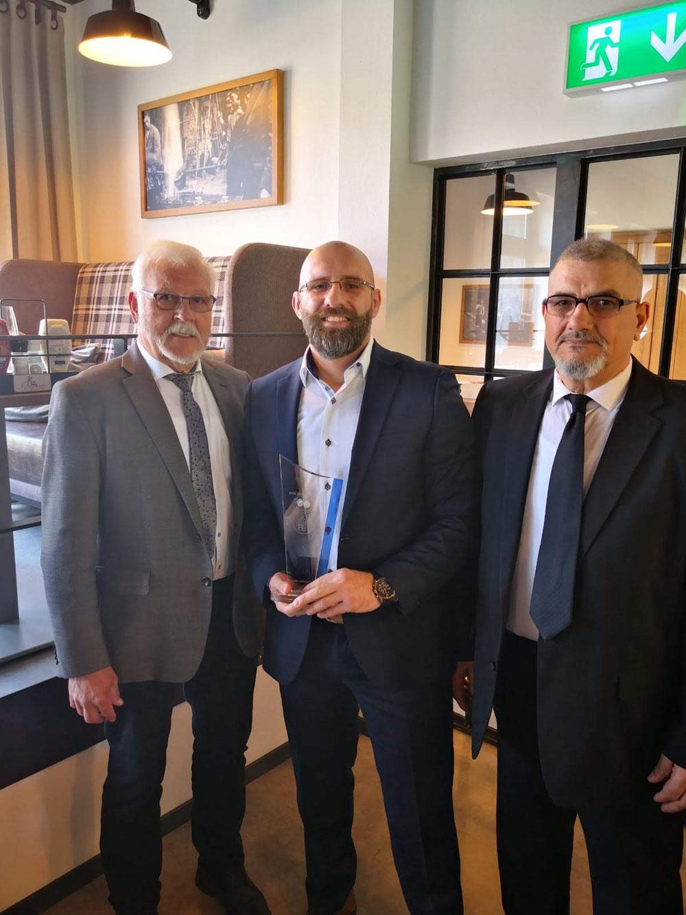 Petros zusammen mit seinen Vater Ioannis und den Vorsitzenden des Velberter Sportbundes Herrn Blau bei seiner Errung als Sportler des Jahres 2018