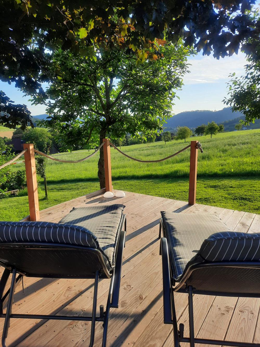 Sonnendeck mit Liegestuhl auf dem Hof Isenmann