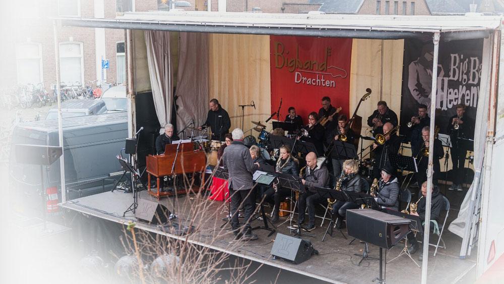 De look-a-like op zijn plek in Big Band Heerenveen.