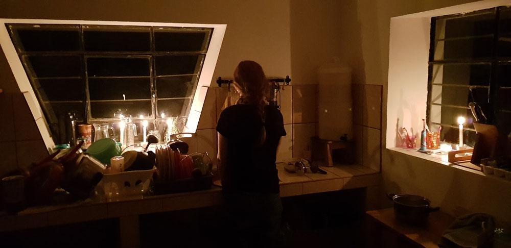 Spülen bei Kerzenschein