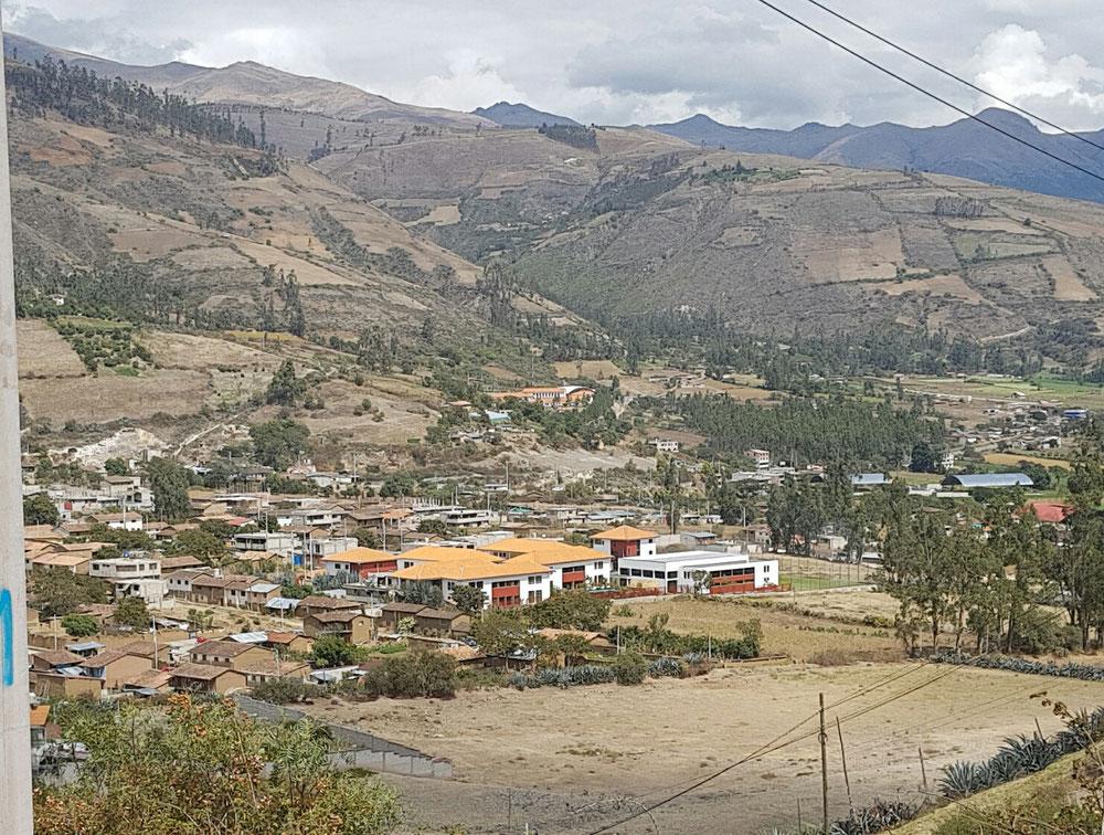 Colegio Diospi Suyana, im Hintergrund kann man das Hospital erkennen